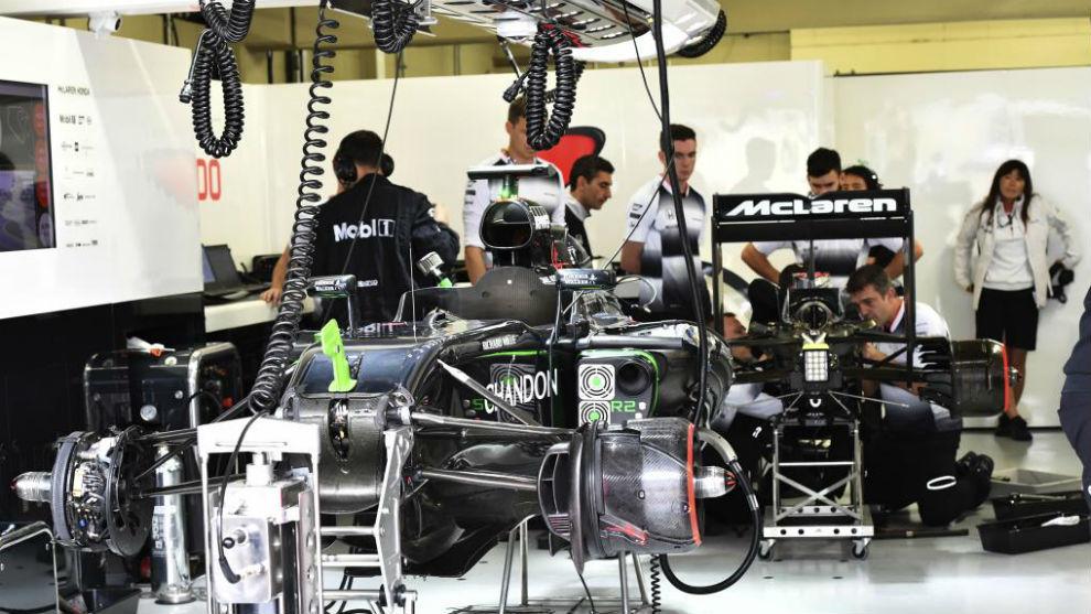 Los mecánicos de McLaren trabajando en el coche de Alonso