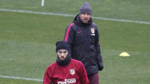 Carrasco, en un entrenamiento, bajo la atenta mirada de Simeone