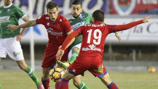Galarreta e Iñigo Pérez luchan por un balón con Vadillo.