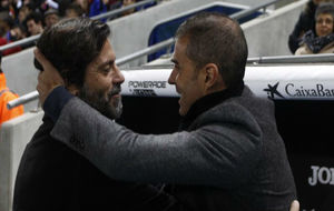 Quique Sánchez Flores y Garitano se saludan antes del encuentro.