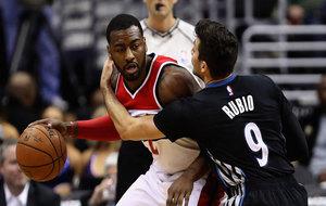 Ricky Rubio (Timberwolves) tratando de frenar a John Wall (Wizards)