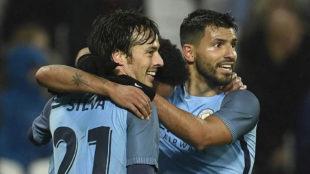 Silva, Ag�ero y Sterling celebran un gol del Manchester City.