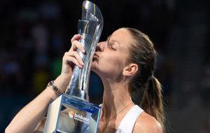 La checa Pliskova besa el trofeo tras ganar el torneo de Brisbane.