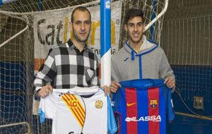 Dani Salgado y Adolfo posan con las camisetas del Catgas y del...