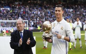 Cristiano Ronaldo, con su Balón de Oro, que le entregó Gento sobre...
