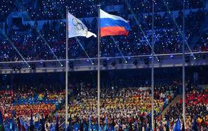 Las banderas rusa y olímpica ondean en la clausura de los Juegos de...