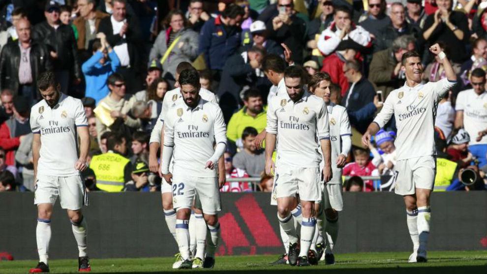 Los jugadores del Madrid durante el partido de Liga ante el Granada