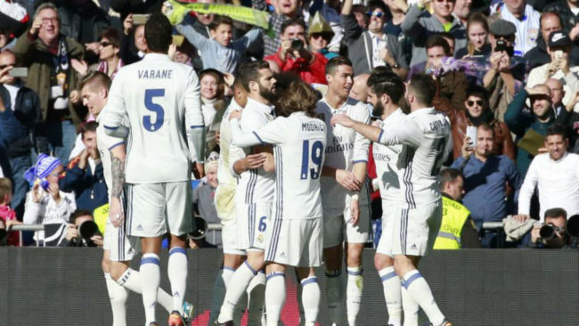 Los jugadores del Madrid celebran el gol de Cristiano ante el Granada