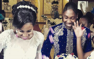 Caster Semenya junto a su ya mujer Violet Raseboya.