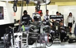 Los mec�nicos de McLaren trabajando en el coche de Alonso