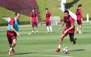 Ricardo Carvalho en sesión de entrenamiento del SIPG en Doha junto a...