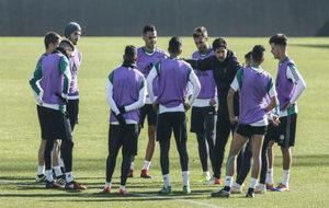 Víctor da instrucciones a sus hombres en el último entrenamiento.