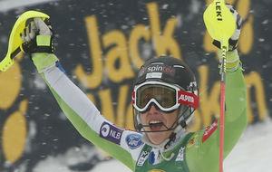 La estadounidense Mikaela Shiffrin celebra su triunfo en el eslalon...