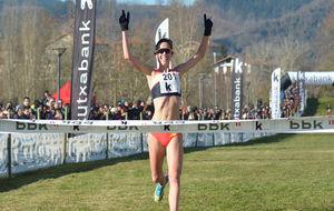 Jessica Martin entra triunfadora en la meta de Jauregibarria.