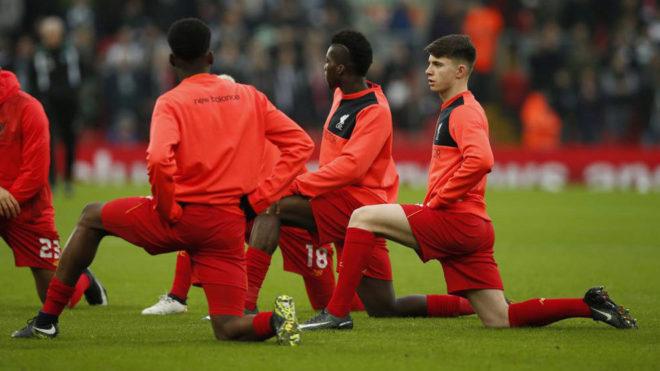 Los jugadores del Liverpool, calentando.