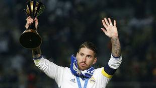 Ramos, con el trofeo de campeón del mundo.