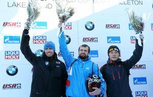 Alexander Tretiakov, en el centro, celebra su reciente triunfo en Lake...