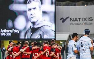 Los jugadores de Munster forma un emotivo corro antes de comenzar el...