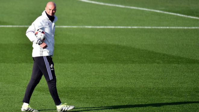 Zidane (44), durante un entrenamiento en las instalaciones de...