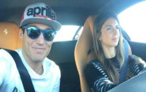 Aleix Espargar�, con una gorra de Aprilia, junto a su mujer