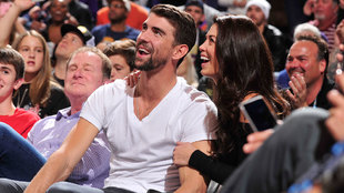 Michael Phelps junto a su esposa Nicola en Phoenix viendo a los...