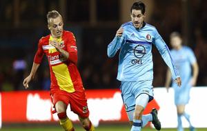 Marko Vejinovic conduce el balón en un partido con el Feyenoord de...