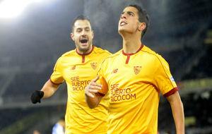 Vitolo celebra con Ben Yedder uno de los goles a la Real.