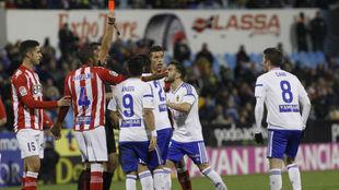 Los jugadores del Zaragoza protestan la expulsión de Cani.