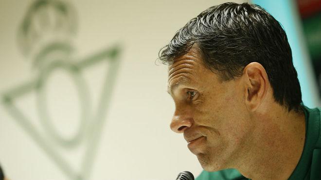 Poyet, en una rueda de prensa en su etapa en el Betis.