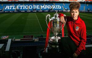 Amanda Sampedro posa con la Copa de la Reina en el Vicente Calderón.