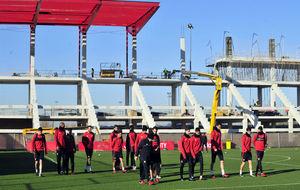 Los jugadores del Sevilla, con las nuevas gradas de la ciudad...