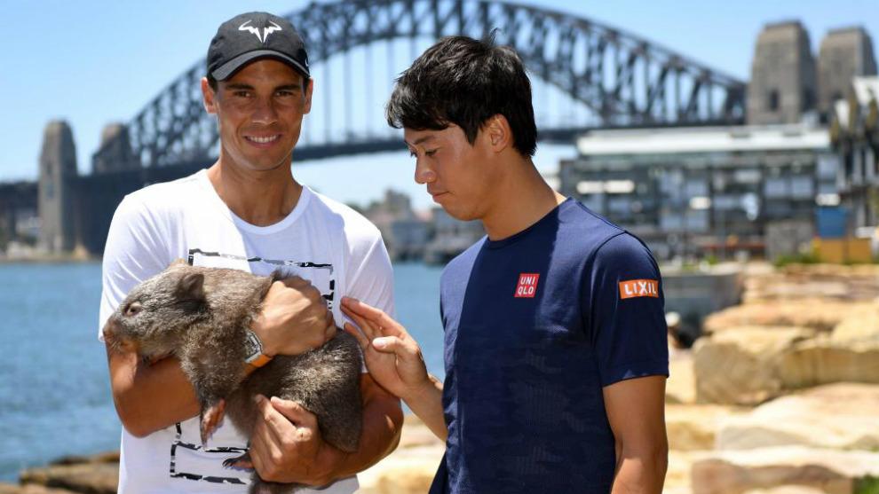Rafael Nadal y Kei Nishikori acarician a un wombat junto al puente de...