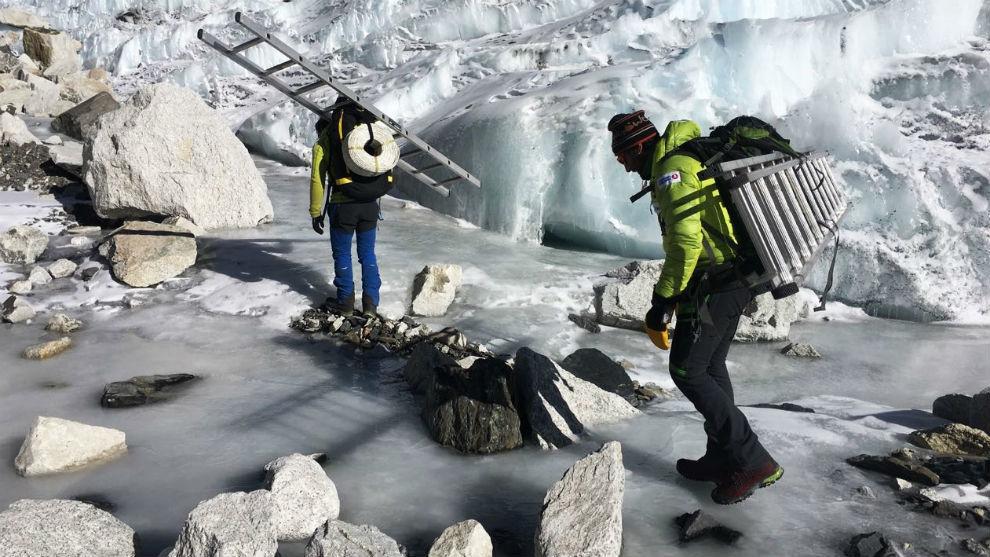 El equipo de Txikon, con escaleras cerca de la Cascada.
