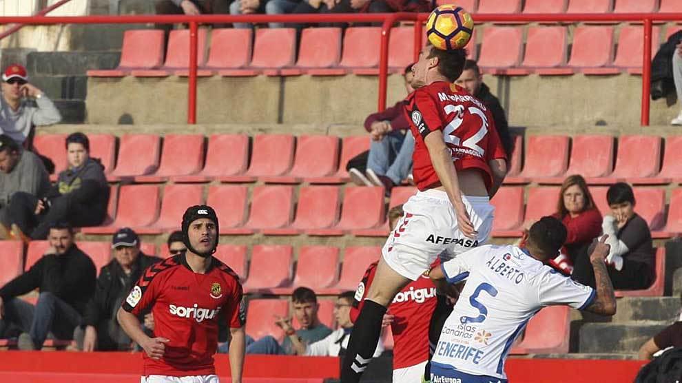 Manu Barreiro se lleva el balón de cabeza ante Alberto en un lance...