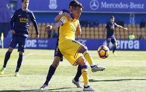 Kadir controla el balón en su debut como alfarero ante el UCAM Murcia