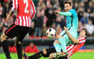 Mikel San José en una acción con Messi en el partido del pasado...