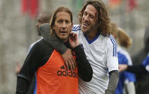 M�chel Salgado con Puyol en el partido organizado hoy por la FIFA en...