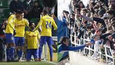 G�iza celebra uno de sus goles en Elche y Zapater regala balones a la...
