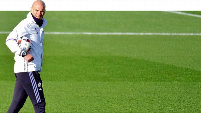 Zidane en un entrenamiento en Valdebebas.