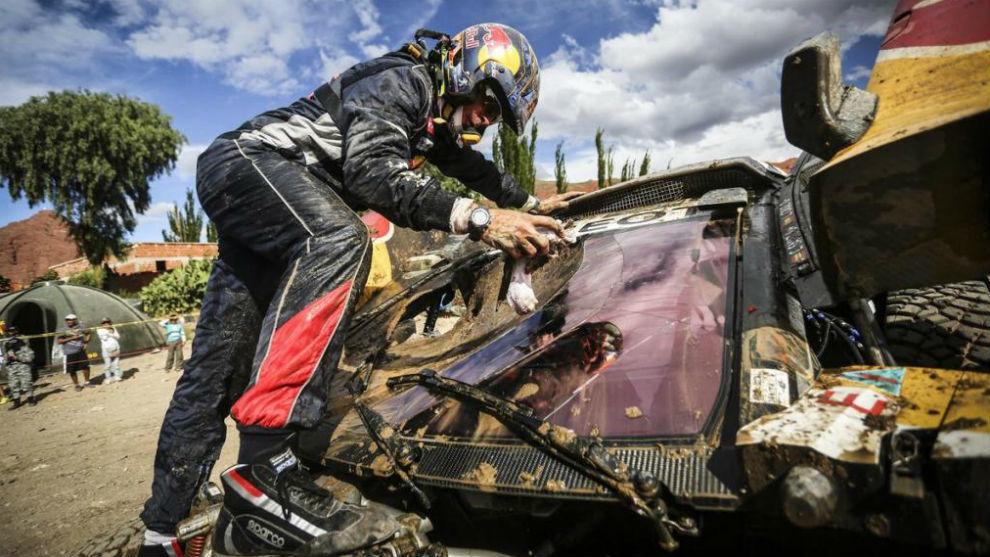 Carlos Sainz eval�a el estado de su coche tras el accidente del...