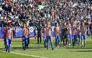Las jugadoras del Atlético de Madrid saludan al público en el...