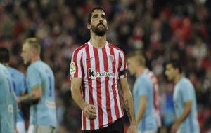 Raúl García pensativo en un partido contra el Celta.