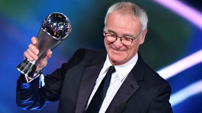 Claudio Ranieri recibe el premio al mejor entrenador.