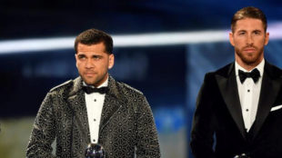 Dani Alves, junto a Ramos, en la gala The Best