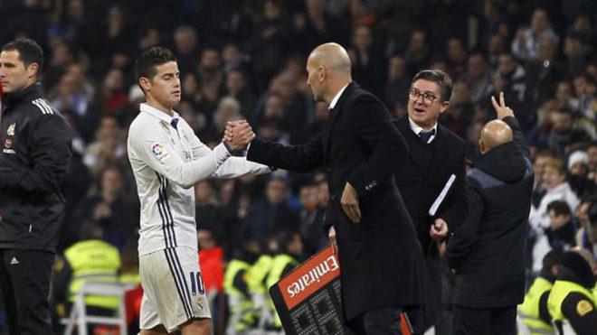 James y Zidane chocan manos en el Bernabéu.