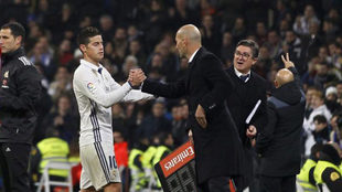 James y Zidane chocan manos en el Bernabéu.