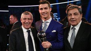 Cristiano Ronaldo, junto a Fernando Santos y Fernando Gomes,...