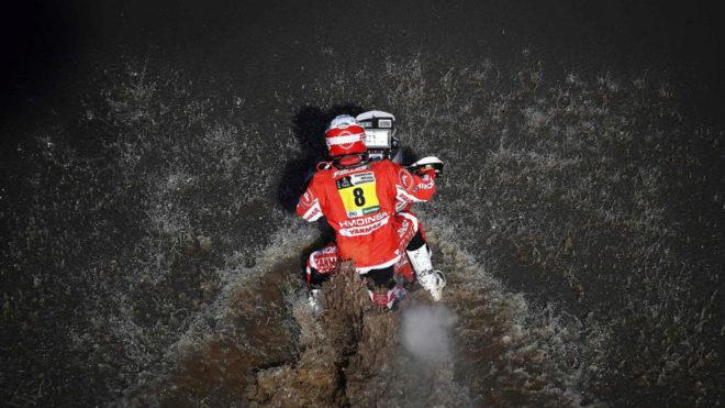 Gerard Farrés, durante la primera etapa del Dakar 2017 entre...