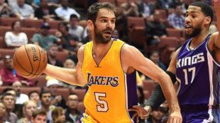 Jos� Manuel Calder�n jugando con los Lakers