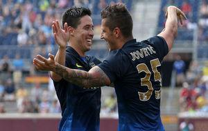 Nasri y Jovetic se abrazan en un partido con el Manchester City.